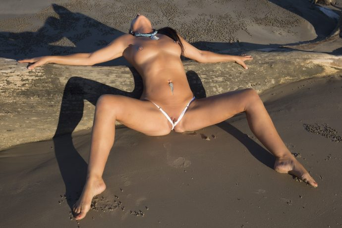 amateur nasty babe with a butt plug in her ass lonely on the beach
