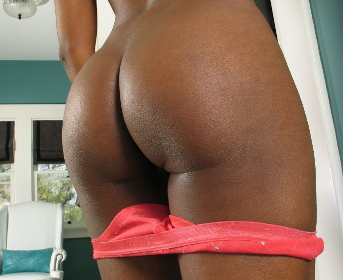 India Ebony Goddess Reveals Her Tight Bum 2
