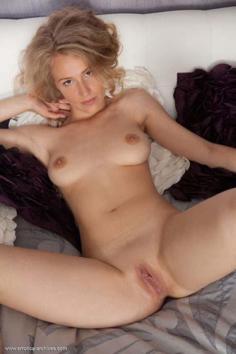 naomi kiss natural blonde likes to tease 10 greatnass.com_