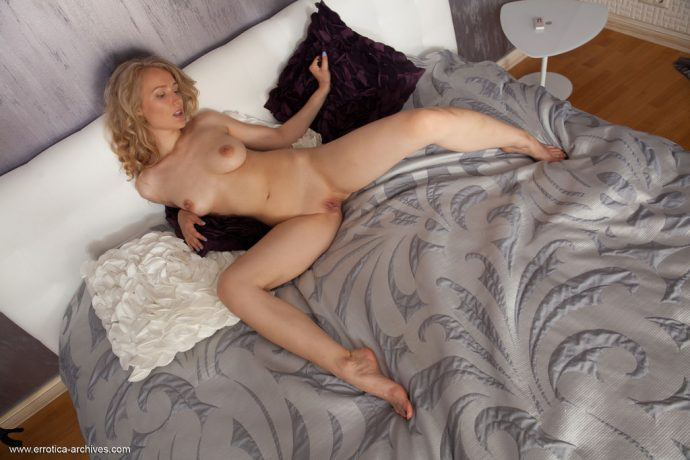 naomi kiss natural blonde likes to tease 11 greatnass.com_