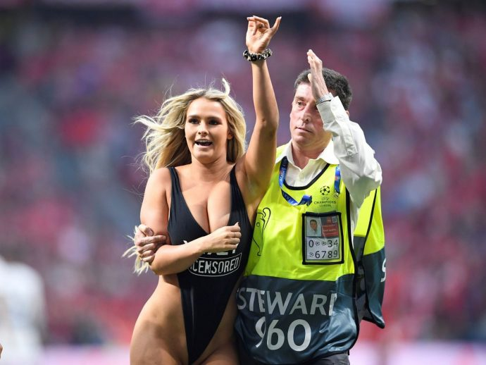 kinsey wolanski enters the pitch at the champions league final tottenham liverpool2 greatnass.com_