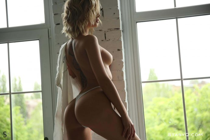 JennyQ curly hair blonde has a perfect tight ass 15 greatnass.com_