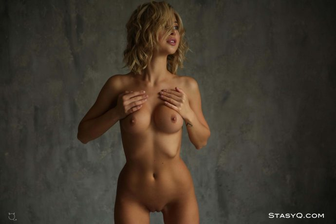 JennyQ curly hair blonde has a perfect tight ass 34 greatnass.com_